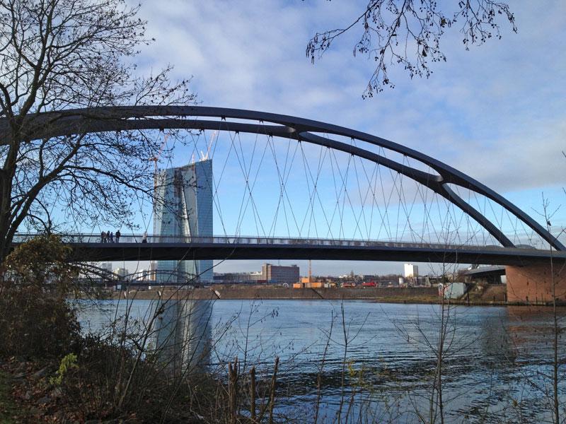 Osthafenbrücke, im Hintergrund der Neubau der EZB