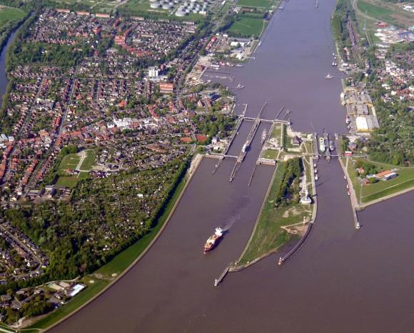 Elbe trifft Nord-Ostsee-Kanal: Bick auf die Schleusen in Brunsbüttel. Bild: UlrichAAB, CC BY 3.0, über Wikimedia Commons