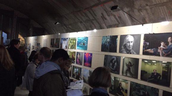"""""""Women: New Portraits"""" von Annie Leibovitz sind noch bis 6. November in den Bögen der Honsellbrücke im Frankfurter Ostend zu sehen."""