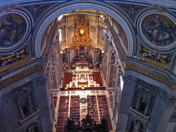 Blick von der Galerie in den Innenraum des Petersdoms.