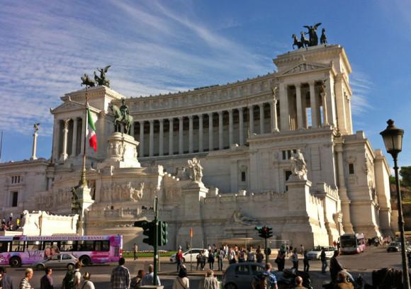Das Nationaldenkmal, gewidmet dem ersten König des neu gegründeten Italiens, Viktor Emanuel II., liegt zwischen Piazza Venezia und dem Forum Romanum