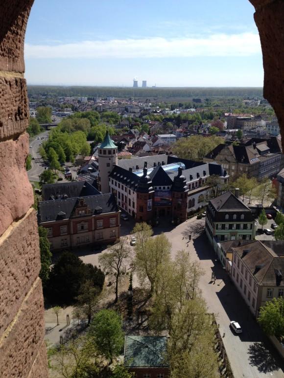 Blick vom Dom auf das Historische Museum der Pfalz. In der Ferne das Akw Philippsburg.