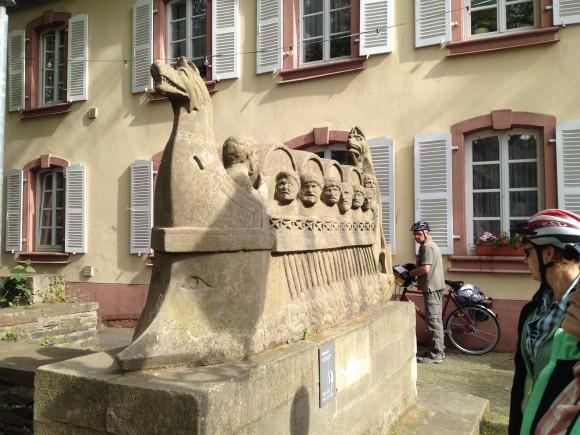 Hingucker am Wegesrand: Das  römische Weinschiff in Neumagen-Dhron.