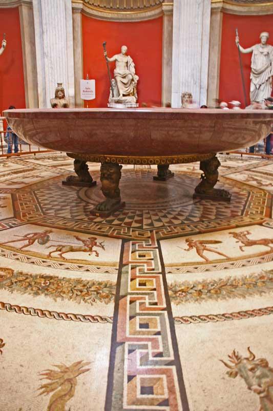 Antike Porphyrschale, aufgestellt in einer Rotunde mit Bodenmosaik