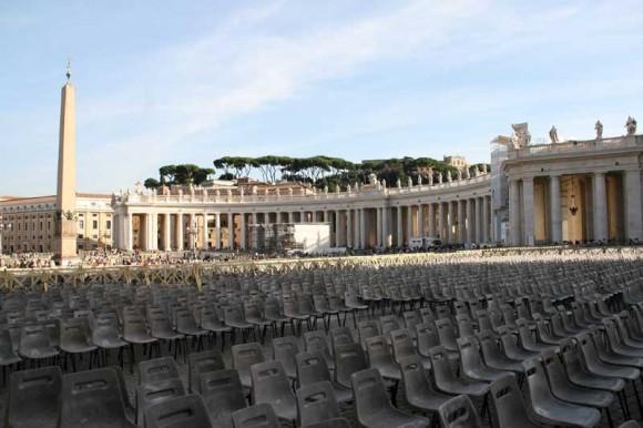 Petersplatz, bestuhlt für das nächste Angelusgebet.
