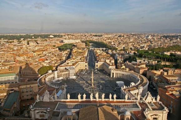 Die Kolonnaden am Petersplatz markieren die Grenze des Vatikans.