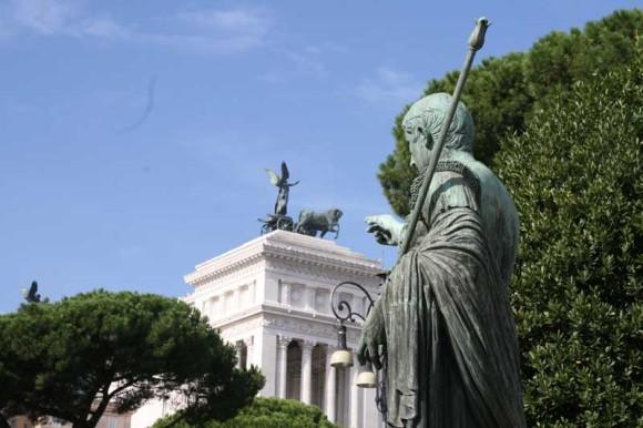 Kaiser Nerva deutet heute in Richtung Nationaldenkmal, ursprünglich wohl auf das Kapitol dahinter.