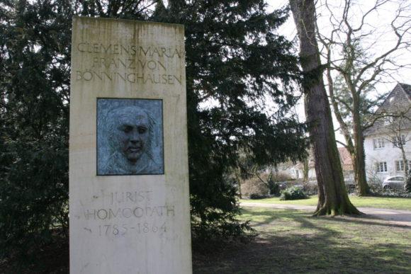 Hörster Friedhof: Gedenkstein für Clemens Maria Franz von Bönninghausen. Bei dem Homöopathen war Annette von Droste in Behandlung. Bild: Monika Gemmer