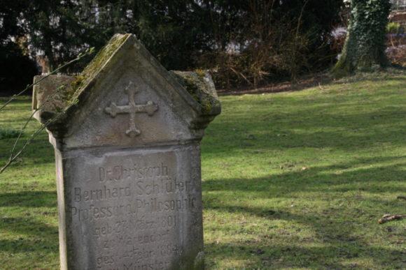 Hörster Friedhof: Grab von Christoph B. Schlüter, literarisch-philosophischer Gesprächspartner der Droste, der auch ihre erste Gedichtausgabe von 1838 betreute. Bild: Monika Gemmer