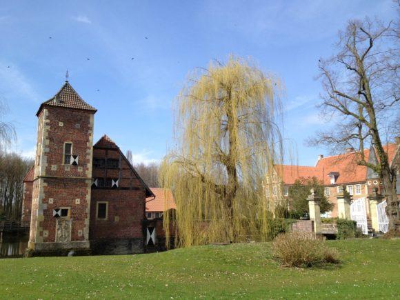Burg Hülshoff: Vorburg (links) und Haupthaus (rechts). Bild: Monika Gemmer