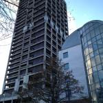 """Das angrenzende Gebäude """"Flat"""" dient als Schutzwand."""