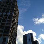Der Platz des Sprengmeisters ist auf dem Dach des benachbarten Marriott-Hotels (rechts). Dort wird er auf den Knopf drücken.