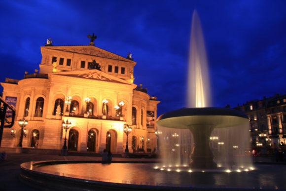 Opernplatz zur Blauen Stunde. Bild: Monika Gemmer
