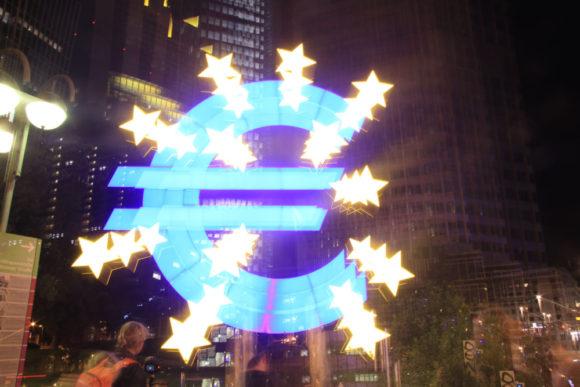 Lightpainting am Eurozeichen. Bild: Monika Gemmer