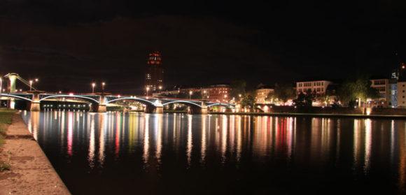 Nachts am Main, mit dem Blick nach Osten. Bild: Monika Gemmer