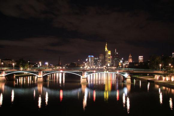 Ignatz-Bubis-Brücke, fotografiert von der benachbarten Flößerbrücke aus. Bild: Monika Gemmer