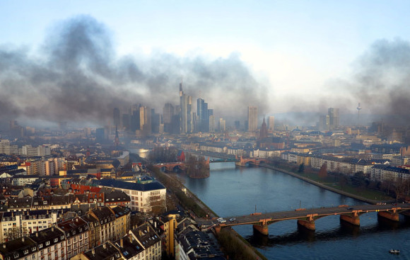 Frankfurt am Mittag des 18.3.2015; Blickrichtung: Westen. Bild: www.mainhattan-webcam.de, Hi.Res.Cam GmbH/dpa