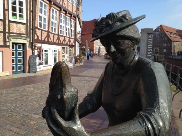 Margarethe Flint steht in Bronze am Alten Hafen von Stade.