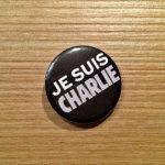 """Im Frankfurter Caricatur Museum gibt es in diesen Tagen den """"Je suis Charlie""""-Button zur Eintrittskarte dazu."""