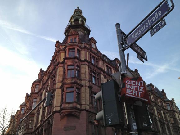 Die Kaiserstraße im Bahnhofsviertel, benannt nach Wilhelm I., wurde 1947 in Friedrich-Ebert-Straße umbenannt. Die Frankfurter konnten sich damit nicht anfreunden – nach einigen Jahren bekam die Straße ihren alten Namen zurück. Bild: Monika Gemmer