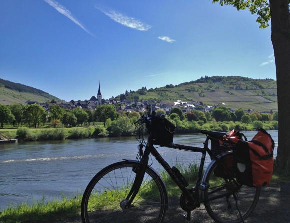 Ist das Moselromantik oder was? Blick auf den Weinort Burg nördlich von Traben-Trarbach.