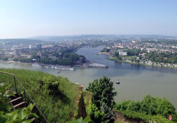 Ziel erreicht: Am Deutschen Eck in Koblenz mündet die Mosel in den Rhein - und bleibt doch deutlich erkennbar am dunkleren Wasser.