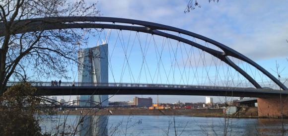 Die Osthafenbrücke, im Hintergrund der Neubau der EZB
