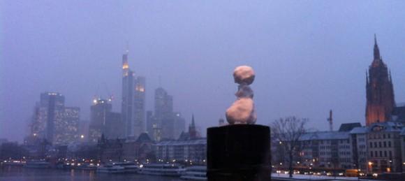 Schneemännchen vor Skyline