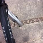 Auf den Spuren der Teilung: Straßenmarkierung in Berlin-Mitte