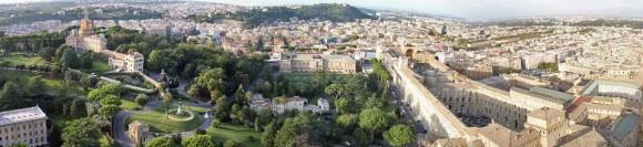 Vatikanische Gärten mit dem Kloster Mater Ecclesiae (links oben), in dem Joseph Ratzinger heute lebt, und dem Vatikanischen Palast (rechts), in dem die Museen untergebracht sind. Das Bild ist von der Kuppel des Petersdoms aus fotografiert.
